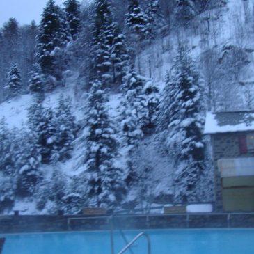 Aujourd'hui, samedi 27 janvier : la neige est présente autour des bains. Route d'accès normale.